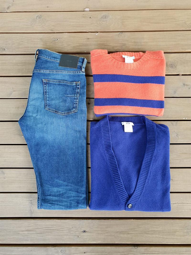 outfit mauro grifoni jeans maglia fotografato su sfondo legno