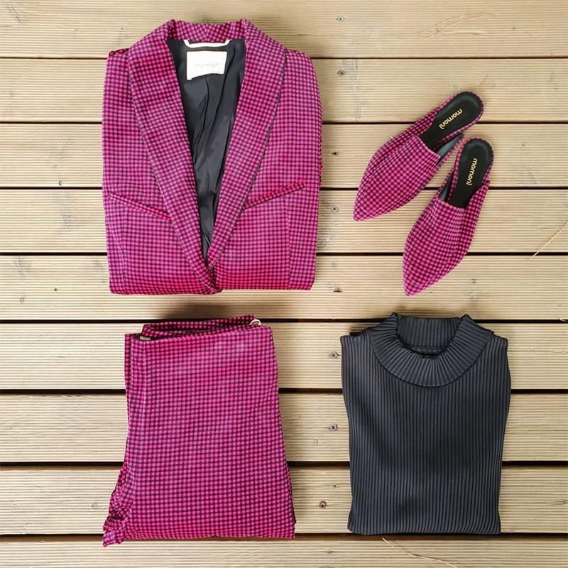 giacca, pantalone, maglia e scarpe di momonì per donna