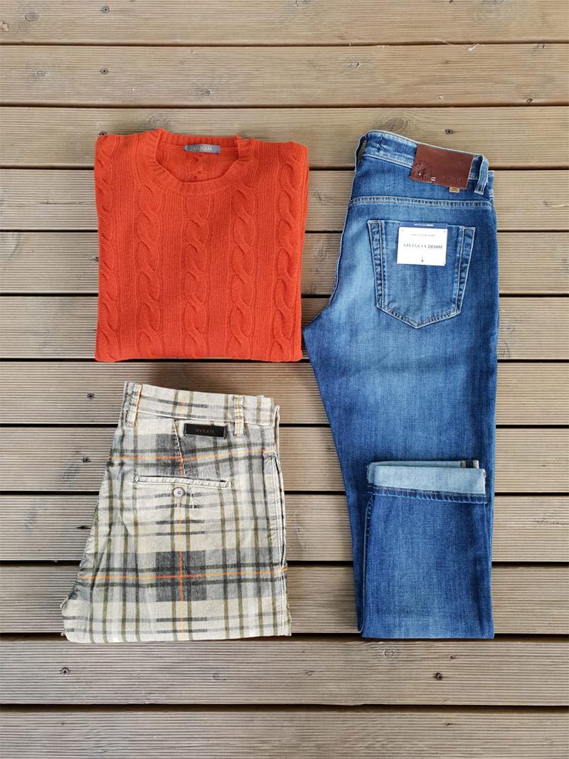 jeans, pantalone e maglia del brand Siviglia fotografati su sfondo parquet
