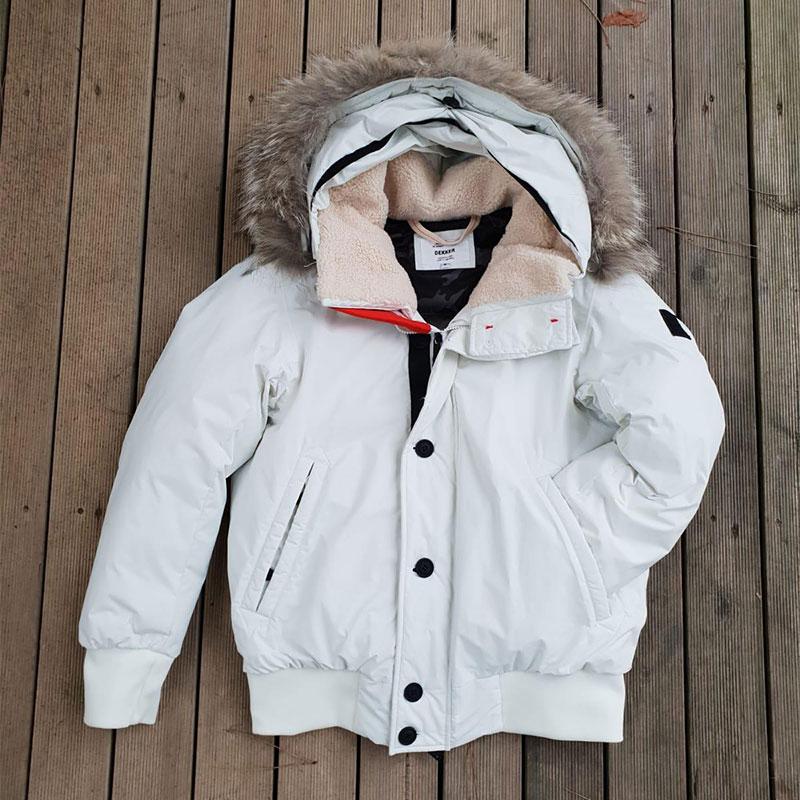 Giubbotto da uomo bianco con cappuccio in pelo del marchio Dekker in vendita a Unionmoda al -50% sul prezzo negozio