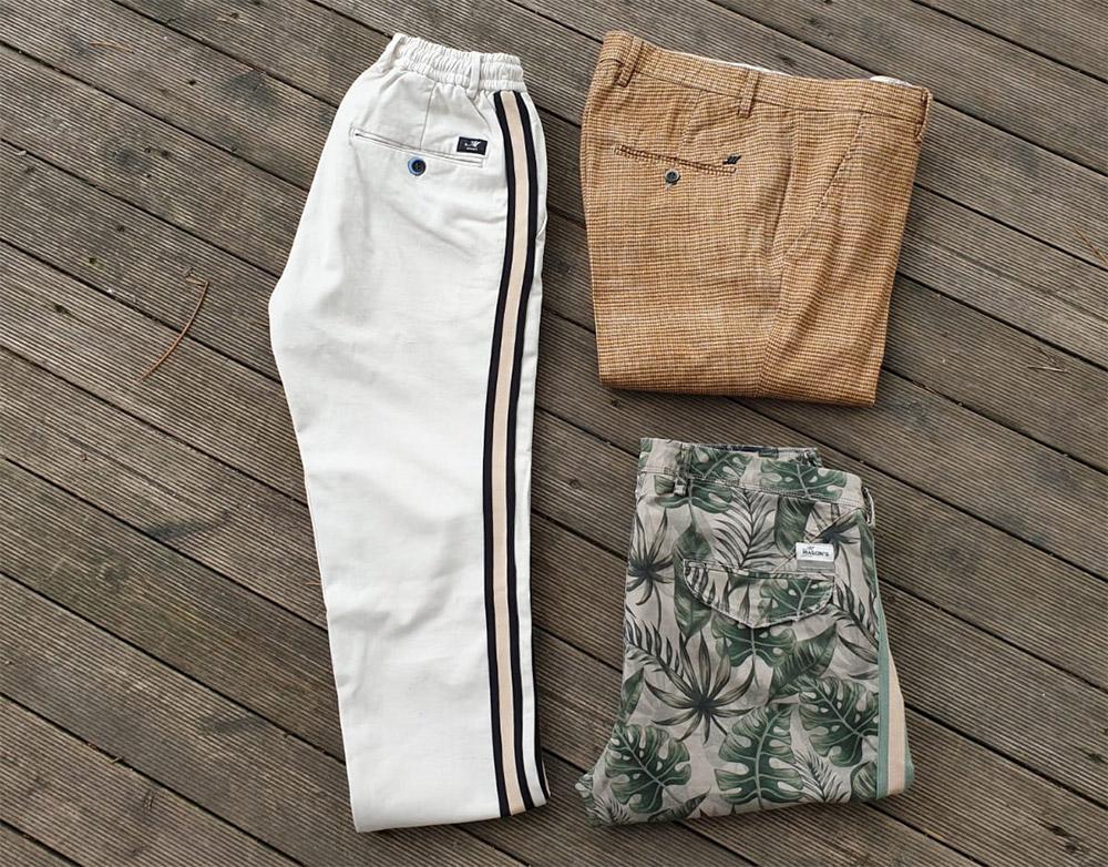 outfit da uomo composto da 3 capi fotografati a terra su sfondo legno del brand Mason's a Unionmoda Outlet